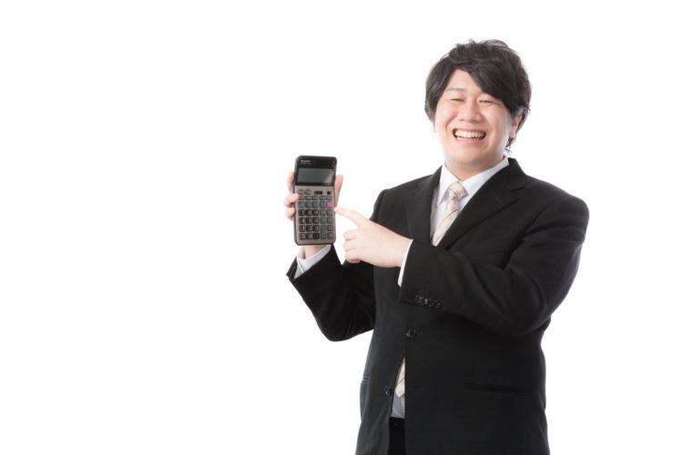 電卓を持つ男性の写真