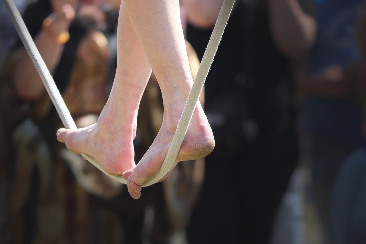 綱渡りの人の足の写真