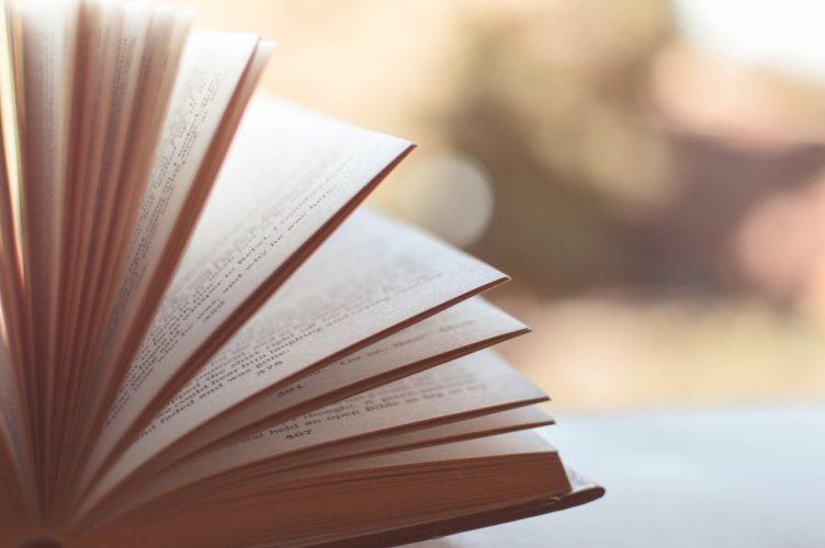 めくれて行く本の写真