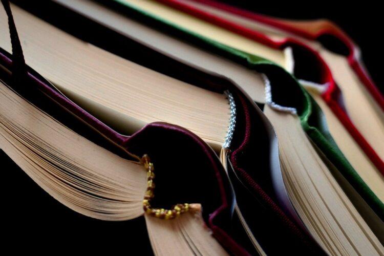 本を開いた状態で重ねている
