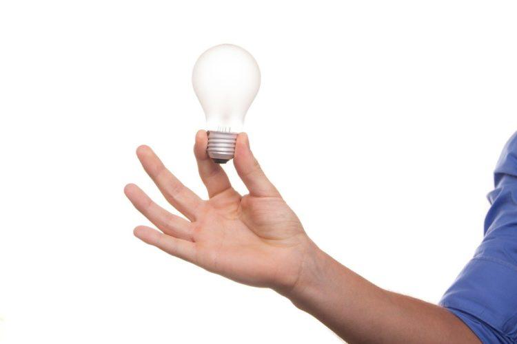 ランプを持つ手の写真