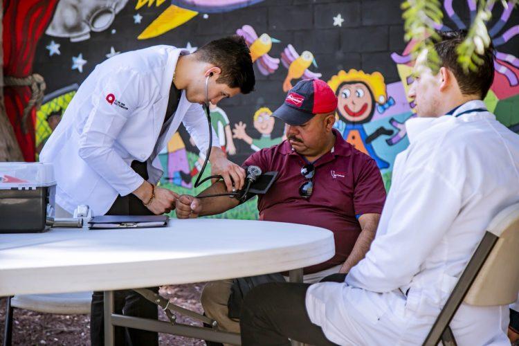 血圧を測る医者の写真