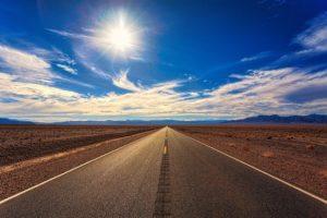 砂漠の一本道の写真