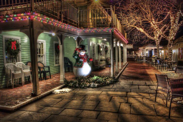 クリスマスの町のスノーマン