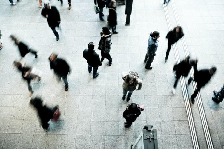 歩く人々の写真