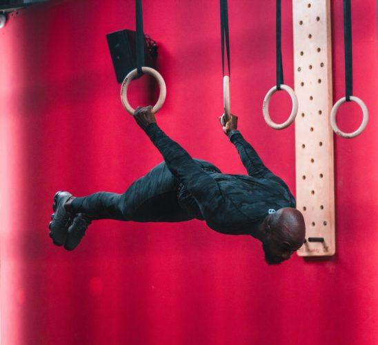 吊り輪をする人の写真