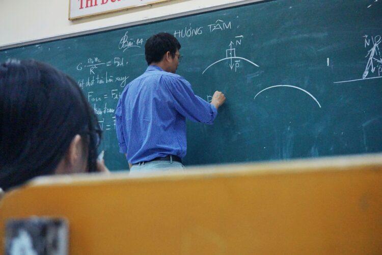 黒板に書く先生