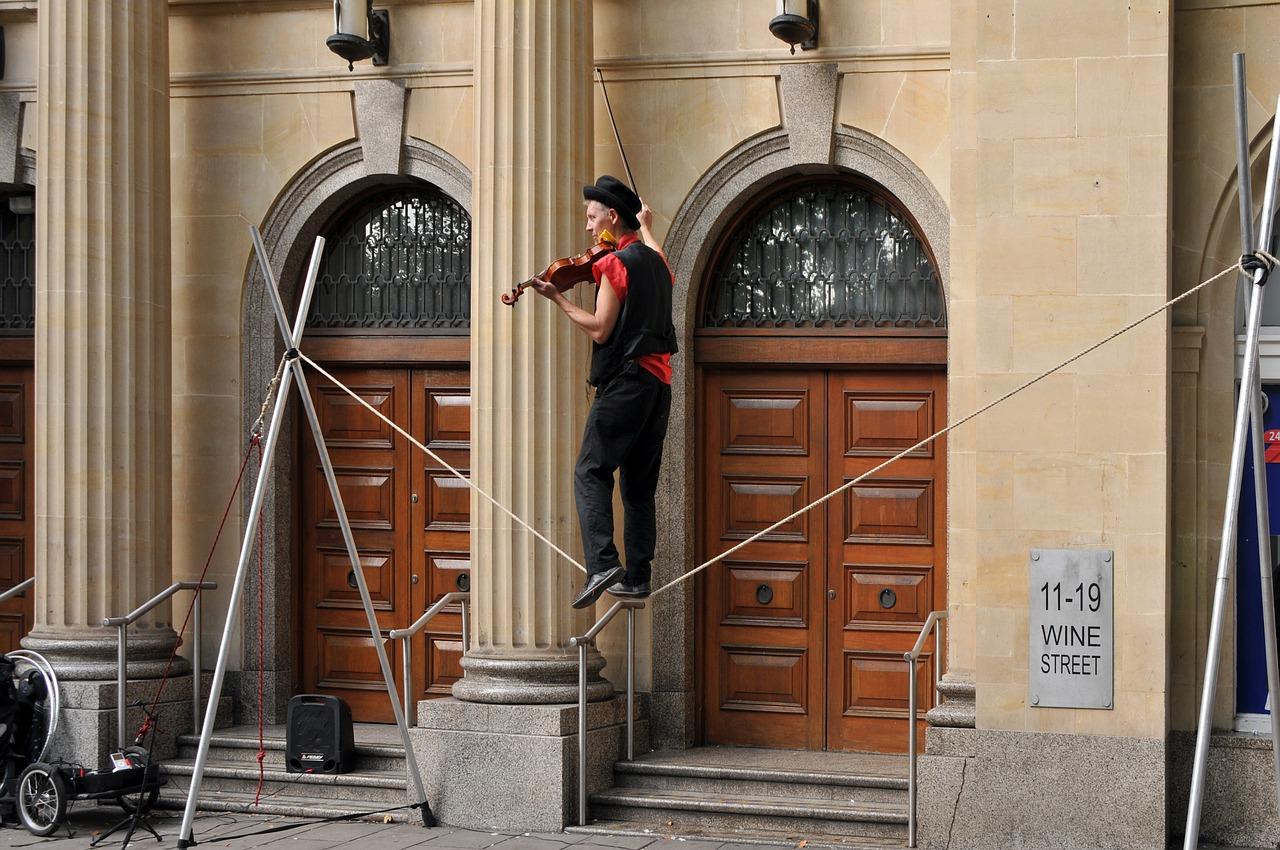 綱渡りでバイオリンの人