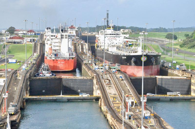 運河を渡る大型船の写真
