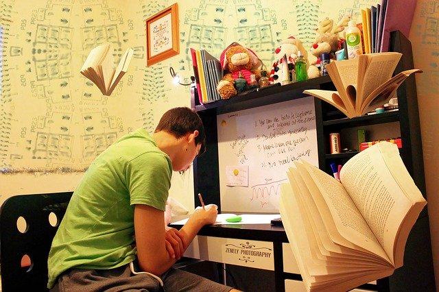 机で勉強する人の写真