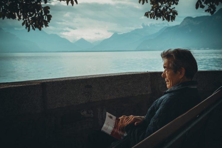 湖畔の高齢者