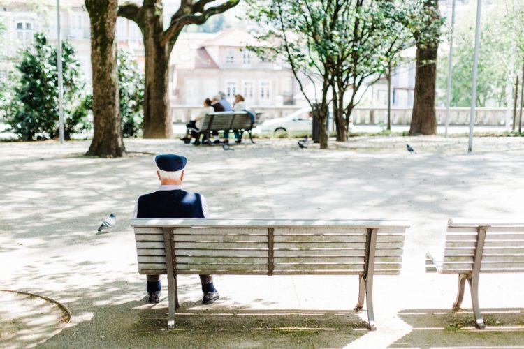 ベンチの端に座る