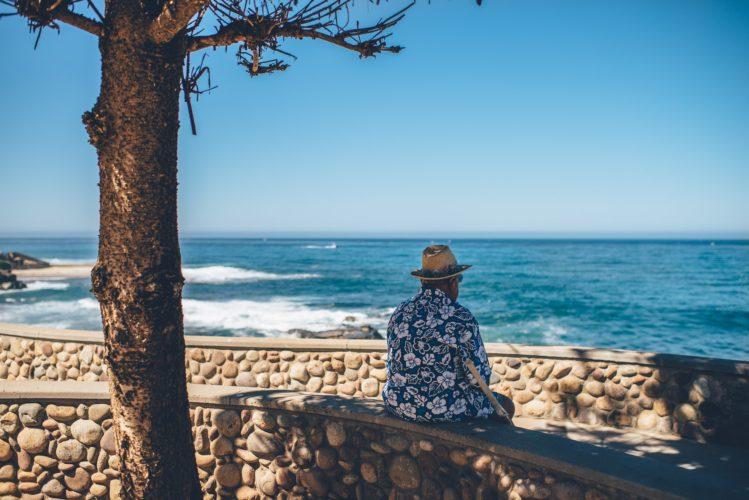 海辺に座る老人