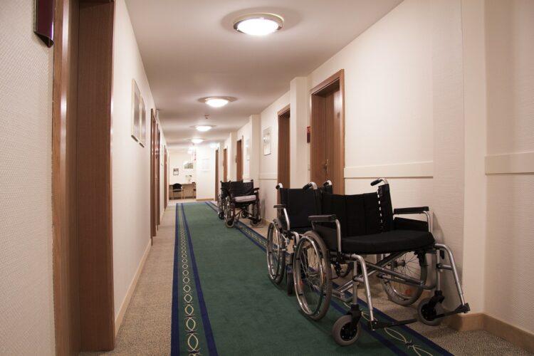 廊下に車椅子