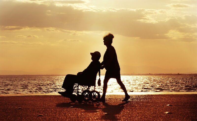海岸で車椅子